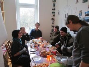 wg-gruppe beim fruehstuecken